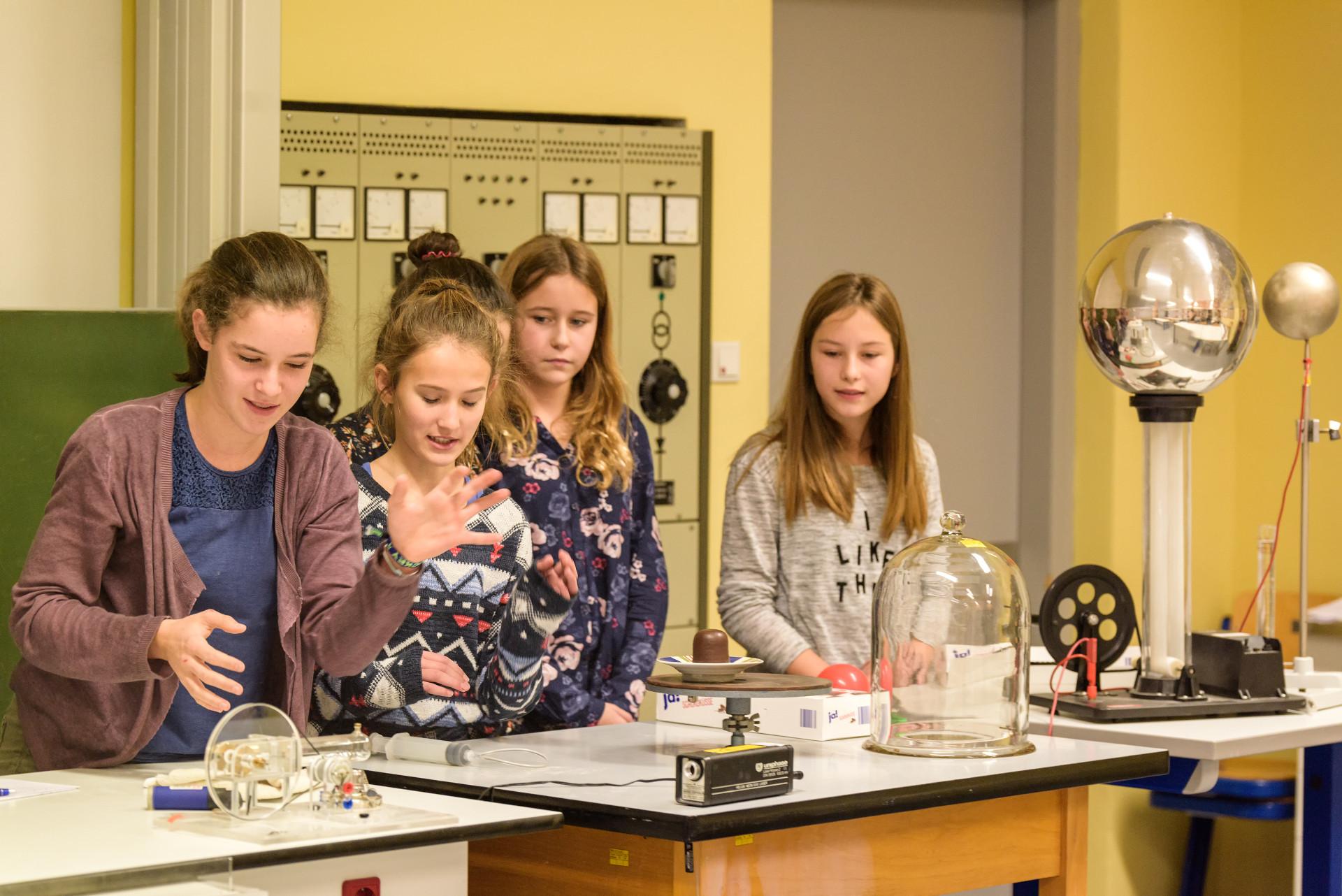 Schüler bei der Vorführung eines Experiments
