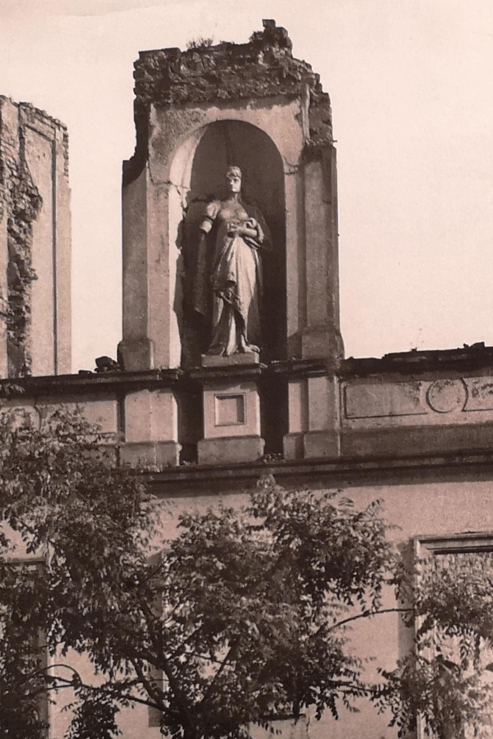 Die Karolinenstatue nach der Verbombung 1943